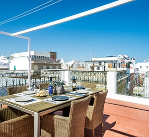Simply stunning 2 bedroom apartment, roof terraces and with sea views