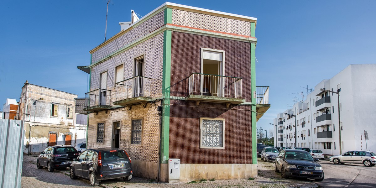 The facade of the building that houses Apartment Gato