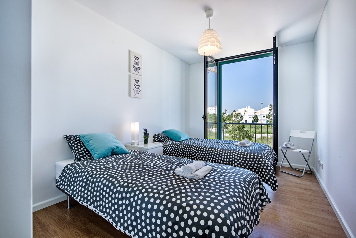 A soft a comfortable Twin bedroom with 2 single beds