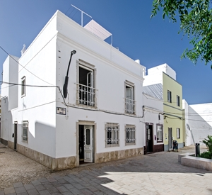 Stunning 3 bedroom Townhouse on Largo do Carolas with air con and wifi