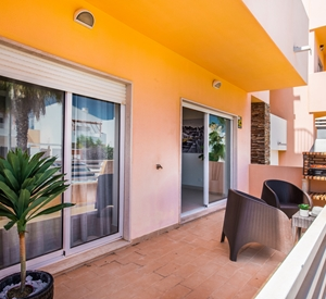 Lovely ground floor 2 bedroom apartment with WIFI and close to beach