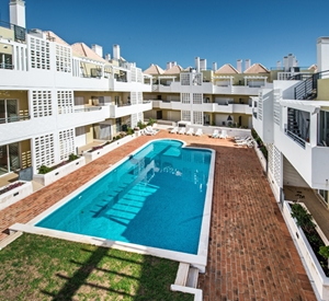 Attractive 2 bedroom garden apartment, shared pool, wifi and air con